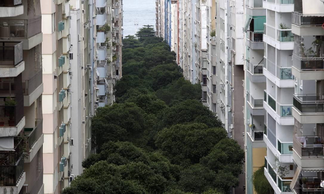 """MICROCOSMO. As ruas e os tipos de Copacabana são o tema do disco """"Cidade Copacabana"""", de Pedro Mann. Foto: Custódio Coimbra / Agência O Globo"""