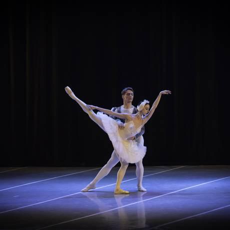 Bailarinos encenam o clássico 'O Lago dos Cisnes' Foto: Divulgação/Alexander Gonzalez