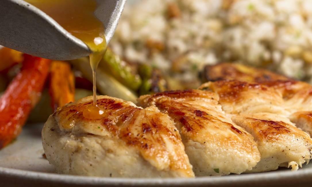 Ginger Mamut. A casa lançou um almoço executivo que muda diariamente e é servido em estações, nas quais o cliente pode escolher uma carne ou opção vegetariana, dois acompanhamentos e legumes (R$ 22,90). Rua Tonelero 217, Copacabana (2548-5314). Ter a sex, do meio-dia 15h30m. Foto: Ricardo Sombra / Divulgação