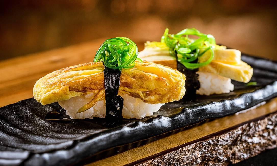 Manekineko. Na casa, um dos sushis mais exóticos é uma combinação de tamago (omolete japonesa), adocicada com alga wakame (R$ 10,90). Rua Voluntários da Pátria 446, Humaitá (2537-1510). Diariamente, do meio-dia à meia-noite. Foto: Filico / Divulgação