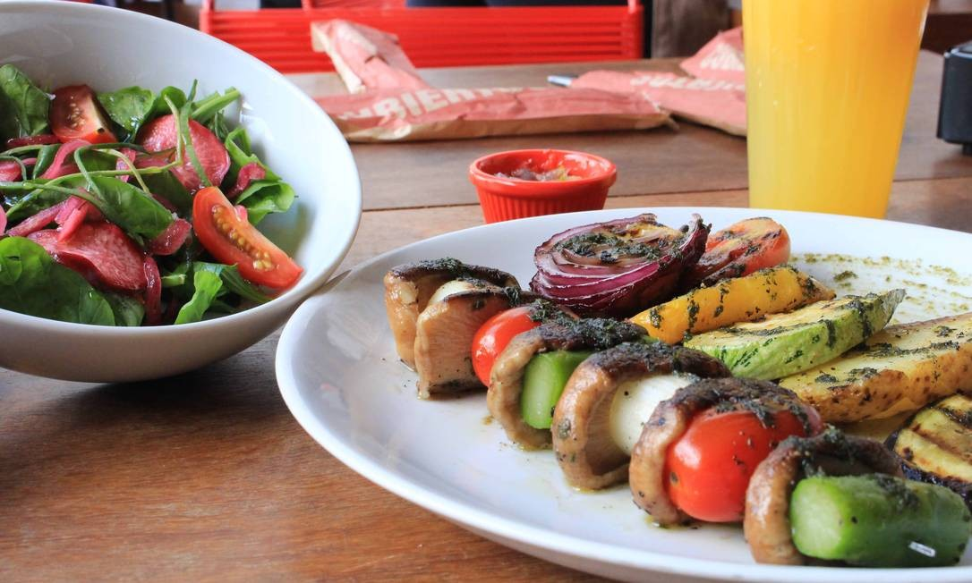 iVenga! Chiringuito: Na hora do almoço, o iVenga! Chiringuito oferece a brocheta com cogumelos, aspargos e tomate (R$40) servida com salada de folhas e legumes. ¡Venga! Chiringuito Av. Atlântica, 3880 – Copacabana. Tel.: 21 3264-9806 / 3264-9822. 92 lugares. Seg a sex, do meio-dia às 16h. Camila Nagem / Divulgação