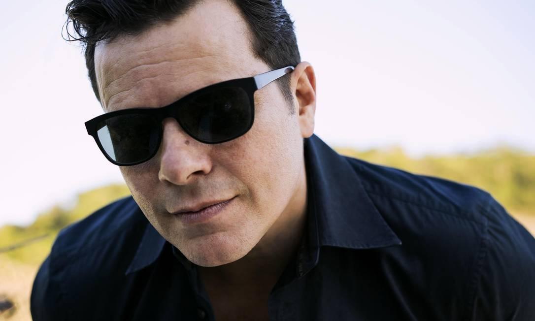 """O cantor Toni Platão lança o single """"Telefone"""" (Julio Barroso), sucesso da Gang 90 e Absurdettes, às 19h30m, no Botto Bar (2537-9112), em Botafogo. R$ 20. 18 anos. Foto: Divulgação"""