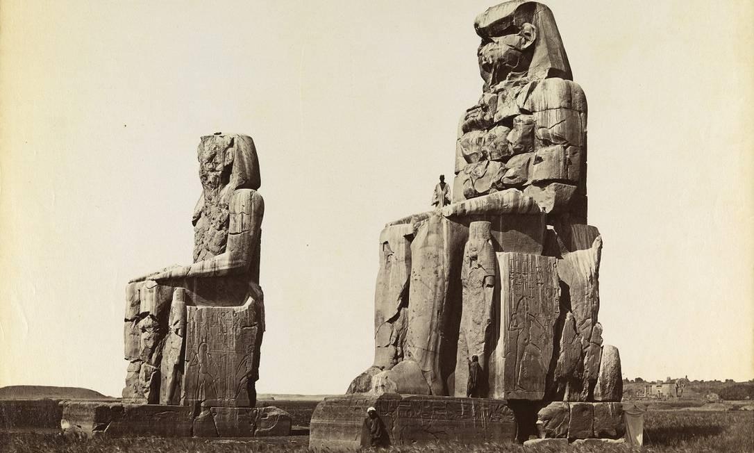 """Em cartaz na Biblioteca Nacional, a mostra """"Uma viagem ao mundo antigo"""" reúne parte da coleção de fotografias doadas por Dom Pedro II à instituição, com imagens do Egito e de Pompéia (Itália). Na foto, Colosso de Memnom, em Thebes Foto: Divulgação"""