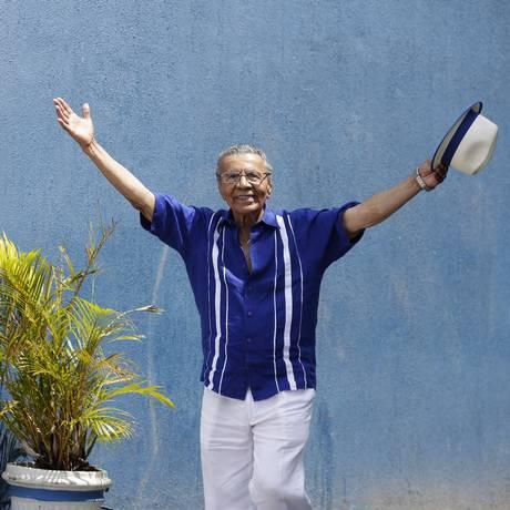 O baluarte portelense Monarco canta com o filho Mauro Diniz na Feira das Yabás Foto: Gustavo Miranda / Agência O Globo