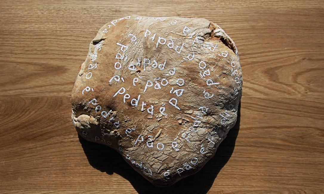 """Em cartaz, trabalhos inéditos de sua carreira, de 2004 até os dias atuais. Na foto, """"É pão é pedra"""", feito com tinta óleo sobre pão que contém pedras Foto: Lucio Salvatore"""