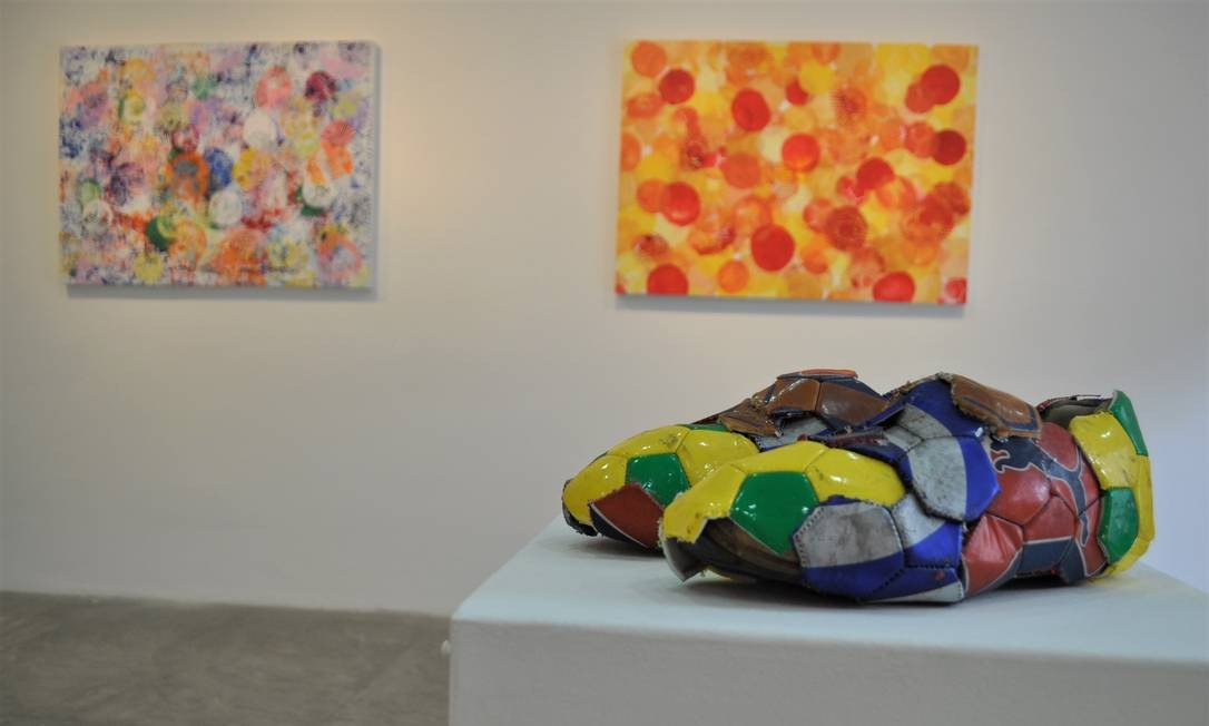 """Na individual """"Arte em 4 linhas"""", em cartaz na Galeria de Arte Solar, Felipe Barbosa propõe novas configurações para a bola de futebol. Seg a sex, das 9h às 18h. Sáb, das 9h às 13h. Grátis Foto: Divulgação"""