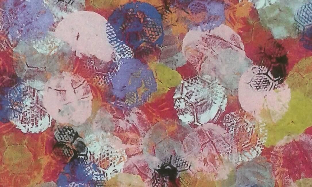 Entre as criações expostas, pinturas carimbadas por diferentes tipos de bolas esportivas - basquete, futebol, vôlei, pólo-aquático... Foto: Divulgação