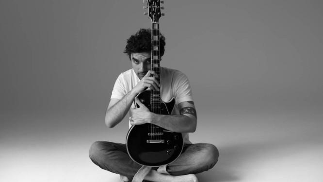 O cantor, guitarrista e compositor Davi Moraes Foto: Luiz Tripolli / Divulgação