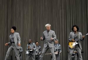 O monocromático David Byrne fez um show muito elogiado pela crítica e desfilou sucessos do Talking Heads Foto: Lucas Tavares / Agência O Globo