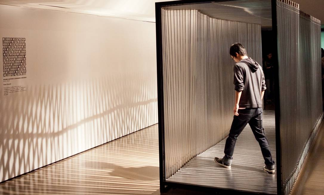 """Montado no térreo do CCBB, """"Túnel"""", dos brasileiros Rejane Cantoni e Leonardo Crescenti, é um bom começo para a mostra. As barras de metal que formam a instalação cinética se movimentam de acordo com o peso e a velocidade do caminhante. Divulgação"""