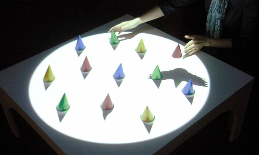 """Quando tocados, os objetos dispostos na """"Kage-table"""", do grupo japonês Plaplax, dão origem a sombras de flores e animais, que se mexem. O mais assustador? Nossas sombras também ganham vida, graças a projetores localizados no teto. Divulgação"""