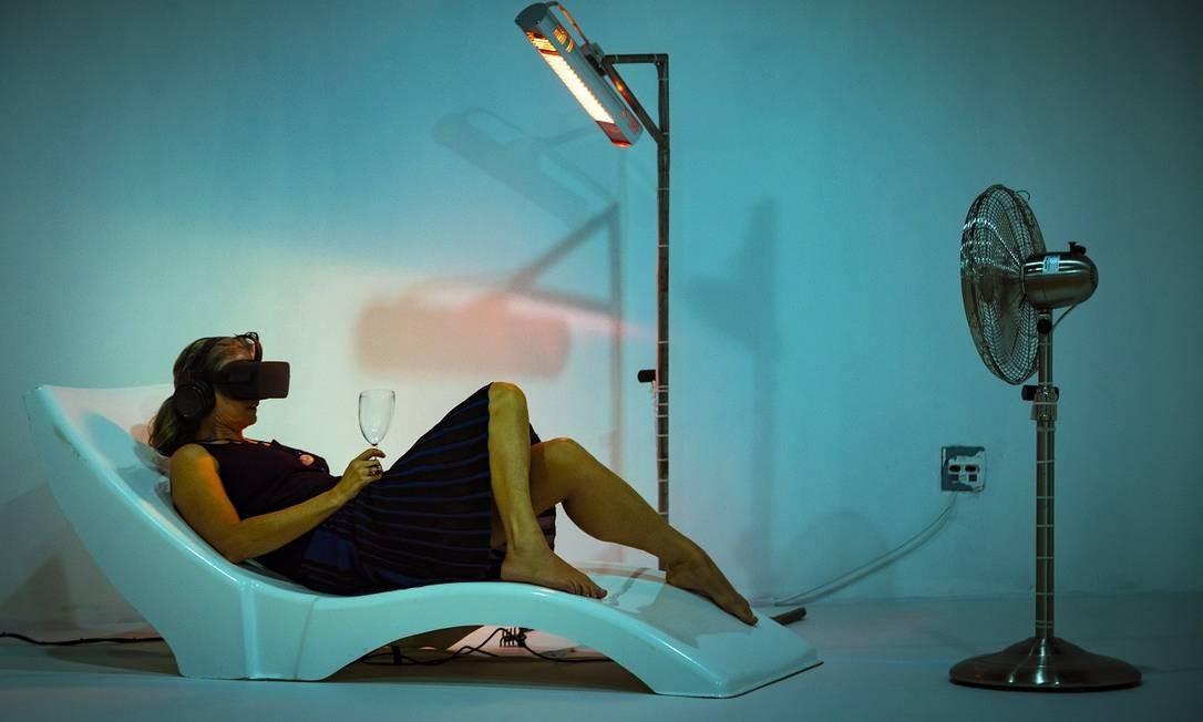 """Para quem quer mudar de sexo por uns minutos, """"Be Boy Be Girl"""", de Frederik Duerinck e Marleine van der Werf, é a pedida. Por meio da experiência 4D, o participante escolhe um corpo feminino ou masculino e, com um óculos de RV, vai à praia. Deitado na espreguiçadeira, dá para sentir calor do sol (vindo de um aquecedor), a brisa do mar (graças a um ventilador)... Leo Martins / Agência O Globo"""