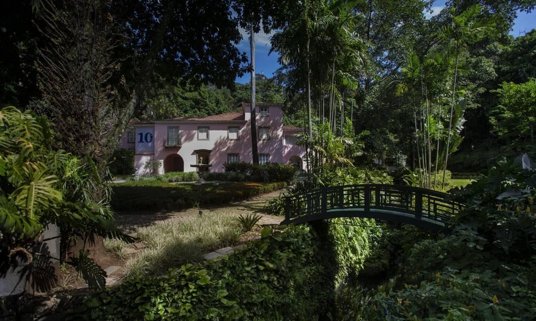 Colado à Floresta da Tijuca, o casarão tem o jardim de 10 mil metros quadrados projetado por Burle Marx Foto: Alexandre Cassiano / Agência O Globo