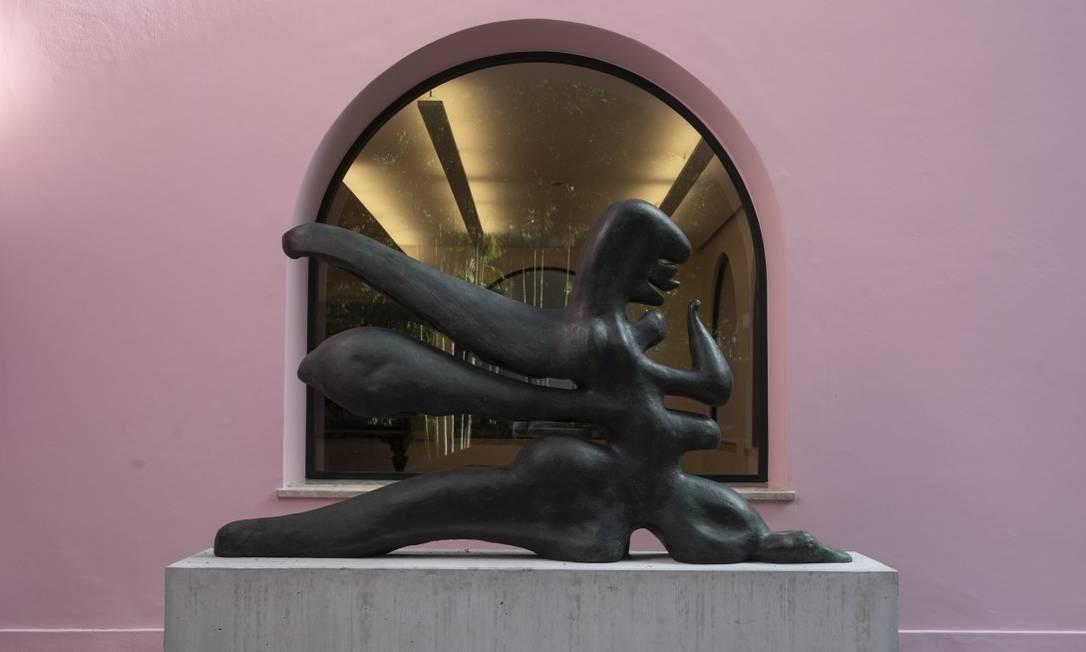 A scultura de Maria Martins, na área externa, foi uma das peças adquiridas pelo jornalista Roberto Marinho em sete décadas Foto: Alexandre Cassiano / Agência O Globo