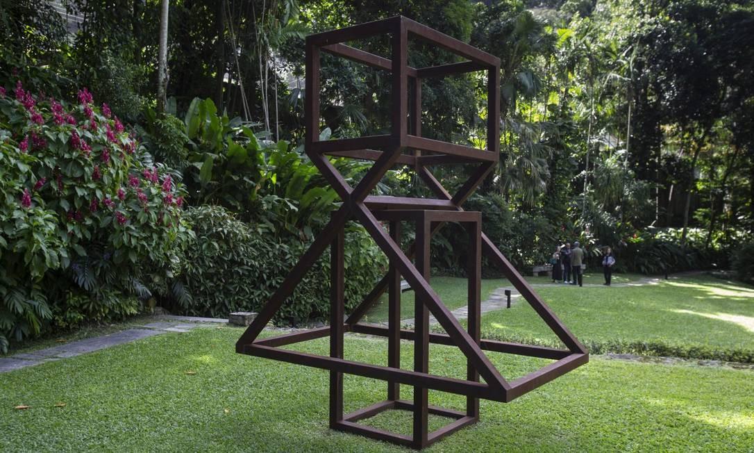 A escultura de Raul Mourão também foi instalada no jardim para a inauguração do instituto Foto: Alexandre Cassiano / Agência O Globo