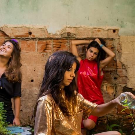 Júlia Portes, Raira Machado e Júlia Horta também escreveram o texto, numa espécie de criação coletiva Foto: Divulgação / Divulgação