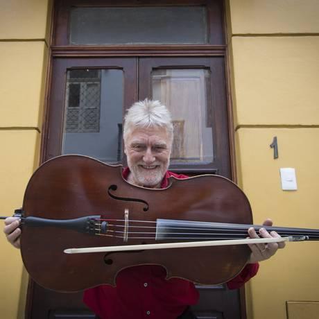 O violoncelista inglês David Chew, idealizador do Rio Cello Foto: ROBERTO MOREYRA / Agência O Globo