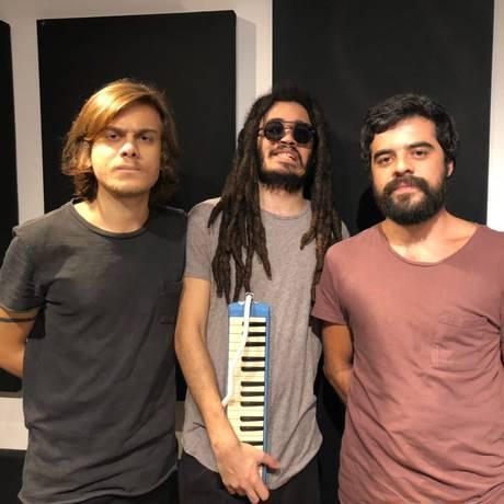 Chico Brown (no centro) e o duo Baltazar Foto: Angelica Cabral / Divulgação
