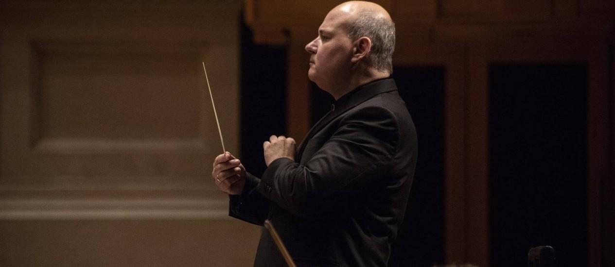 O maestro Claudio Cruz assume a regência da orquestra do Teatro Municipal Foto: Divulgação/Heloisa Bortz