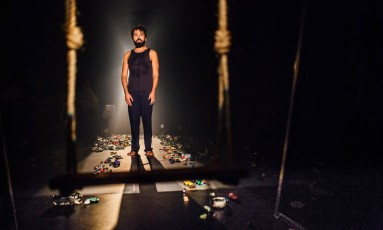 Breno Motta, em cena da peça 'Fricção' Foto: Elisa Mendes / Divulgação