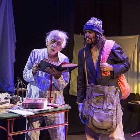 O atores Flavio Migliaccio e Luciano Paixão, em cena de 'Confissões de um senhor de idade' Foto: Leo Martins / Agência O Globo