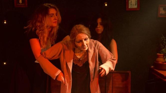 As atrizes Jaqueline Roversi e Jordana Korich, em cena da peça 'Pandora' Foto: Chico Cerchiaro / Divulgação
