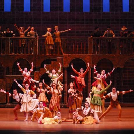 Cerca de cem bailarinos participam da montagem de 'Romeu e Julieta', do Ballet de Santiago Foto: Divulgação