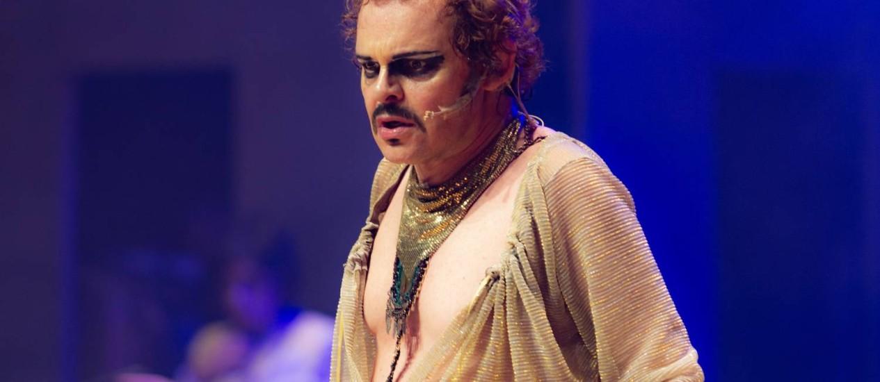 Matheus Nachtergaele, em cena de 'Molière' Foto: Paulo Uras Neto / Divulgação