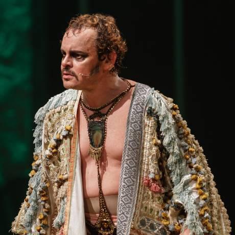 Matheus Nachtergaele, em cena do espetáculo 'Molière' Foto: Paulo Uras Neto / Divulgação