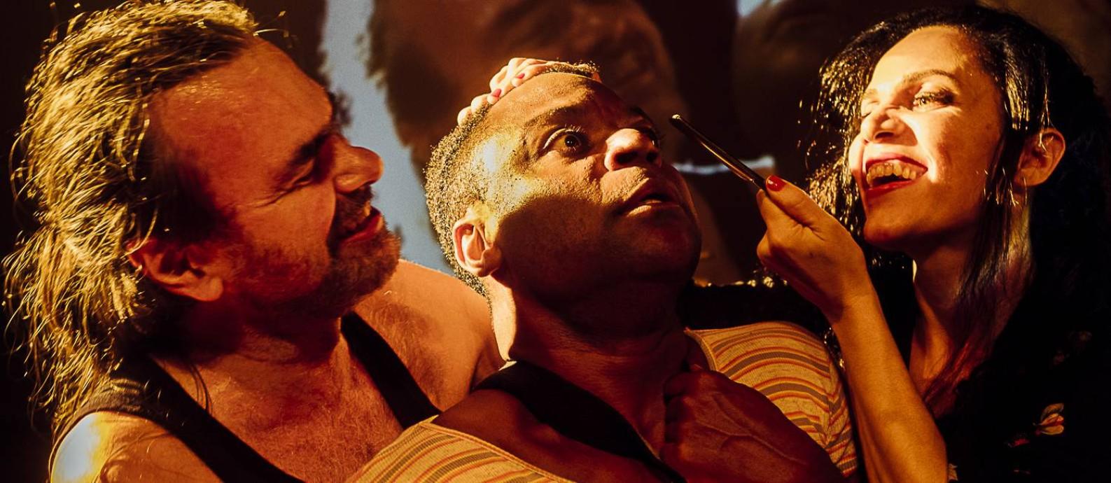 Marcelo Drummond, Tony Reis e Sylvia Prado, em cena de 'Navalha na carne' Foto: Bruno Bou / Divulgação