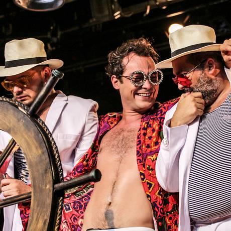 O ator Eduardo Sterblitch, em cena da peça 'O rei do mundo — Uma comédia sobrenatural' Foto: Juh Eid / Divulgação