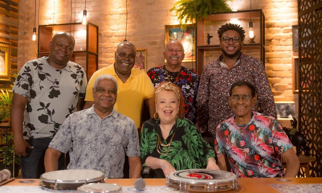 A cantora Beth Carvalho e o grupo Fundo de Quintal Foto: Rafaê / Divulgação