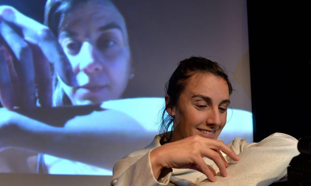 Cena do espetáculo 'Latência': no telão, a atriz Leonor Chavarria, em Montevidéu; em primeiro plano, Florencia Santangelo, no Rio Foto: Castagnello / Divulgação