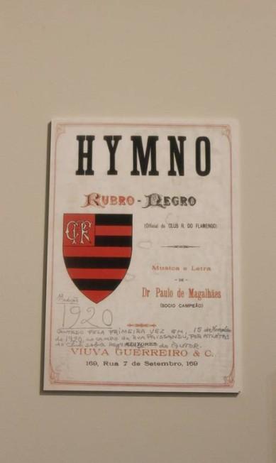 O hino oficial é de autoria de Paulo Magalhães e data de 1920, como mostra o documento. Mas o consagrado pela torcida é a 'Marcha do Flamengo', de Lamartine Babo, escrito três décadas mais tarde Divulgação
