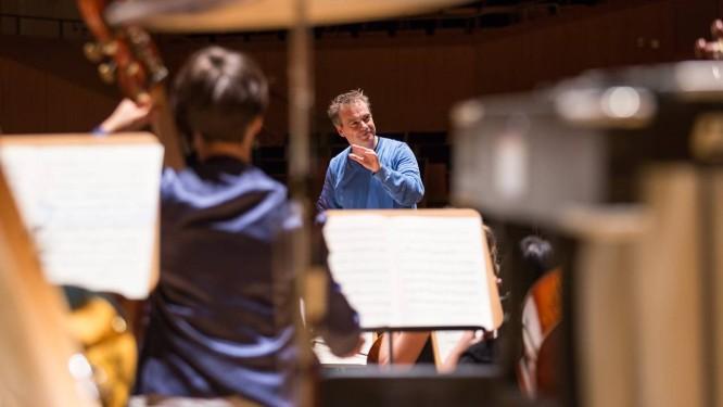 O maestro Jonathan Nott rege a Junge Deutsche Philharmonie Foto: Achim Reissner / Divulgação