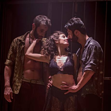 Os atores Natalia Gonsales, Flávio Tolezani e Vitor Vieira, em cena de 'Carmen' Foto: RonaldoGutierrez / Divulgação