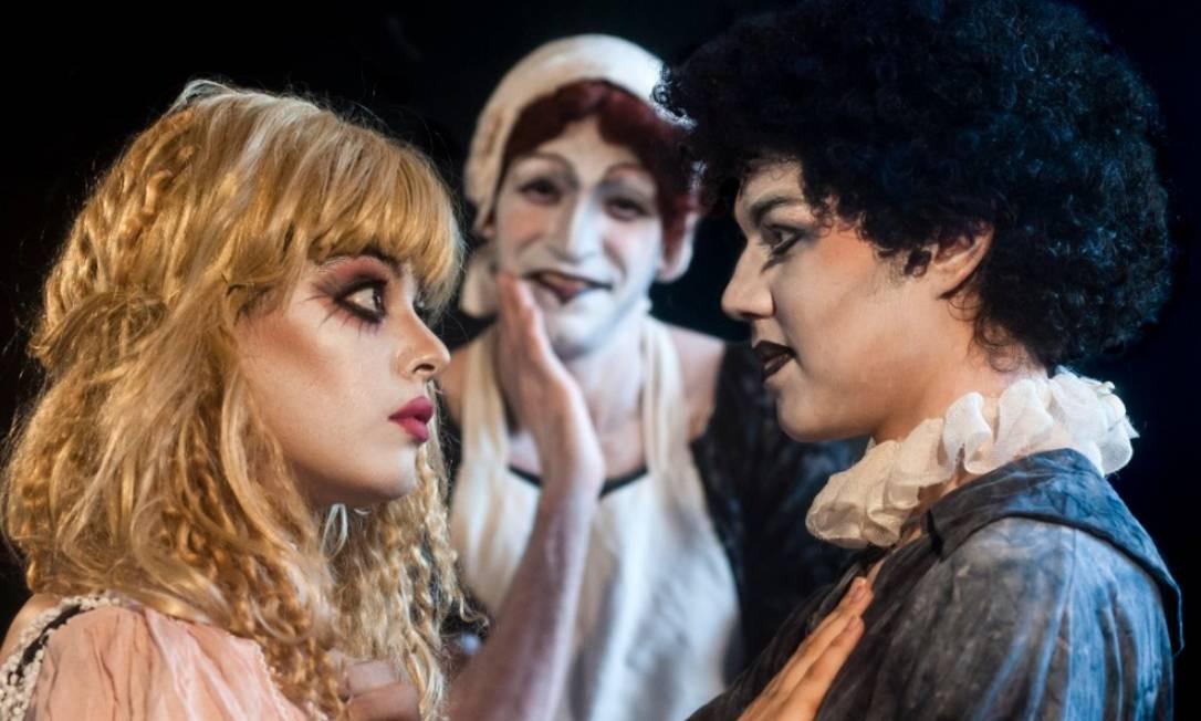 Parte do elenco de 'Um Tartufo', em montagem dirigida por Bruce Gomlevsky Foto: Dalton Valerio / Divulgação