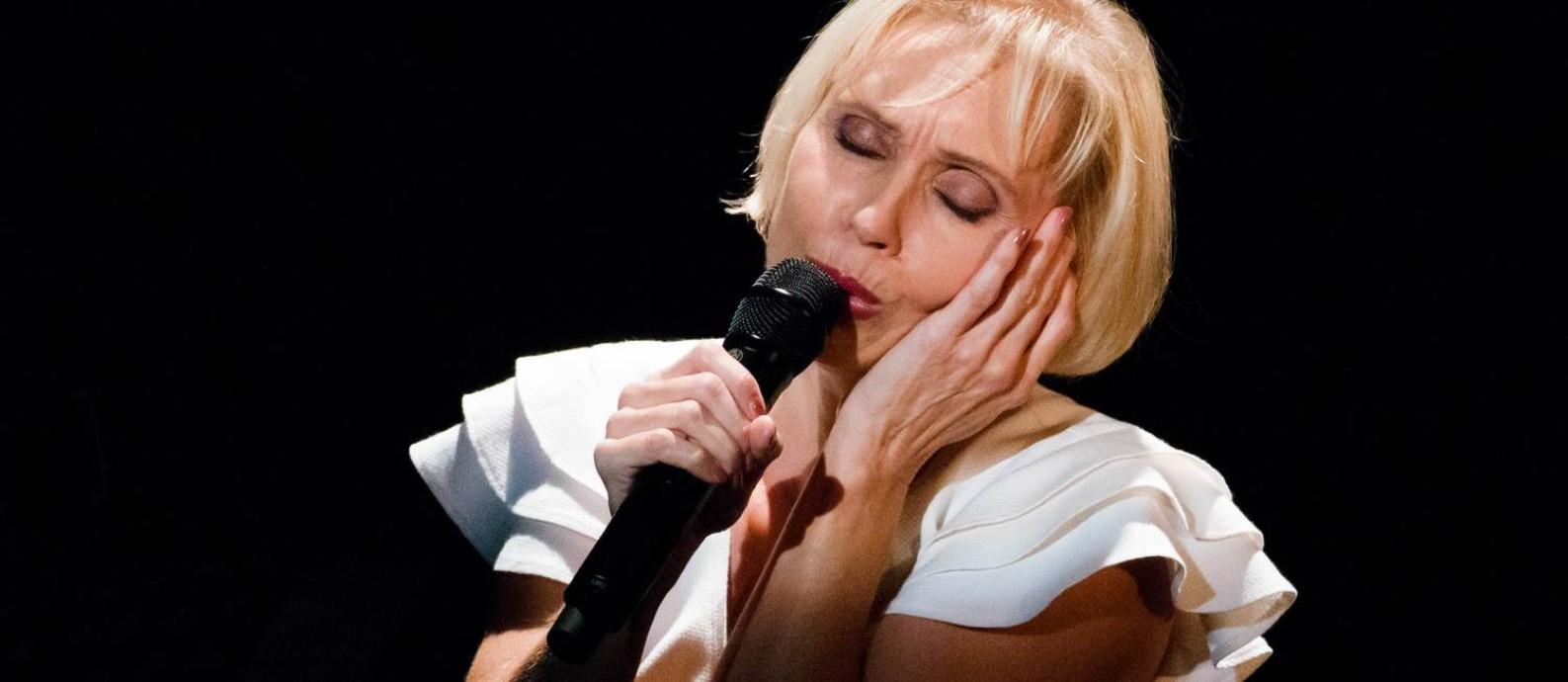 A atriz e cantora Nathalie Lermitte, em cena de 'Piaf! O show' Foto: Alfred Perrin / Divulgação