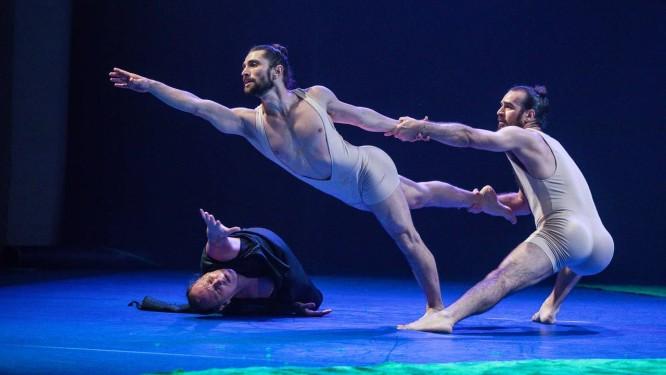 Bailarinos do Studio3 em cena do espetáculo 'Orquestra' Foto: Renan Livi / Divulgação
