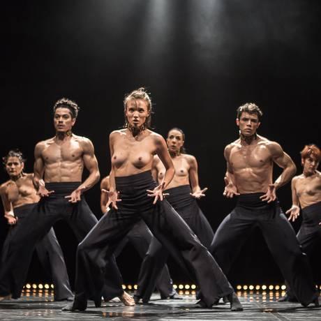 Bailarinos da Focus Cia. de Dança, em cena de 'Still Reich' Foto: Fernanda Valois / Divulgação