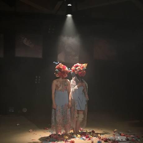 Sara Antunes e Carolina Virgüez em cena de 'Corpos opacos' Foto: Julieta Zeta / Divulgação
