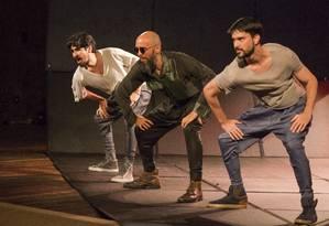 Robson Medeiros, Henrique Fontes e Mateus Cardoso, em cena da peça 'A invenção do Nordeste' Foto: Rogério Alves / Divulgação
