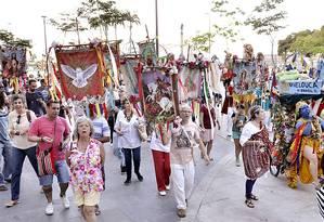 Público acompanha a Procissão de Todos os Santos, organizada pela Grande Companhia Brasileira de Mystérios e Novidades Foto: Rui Zilnet / Divulgação
