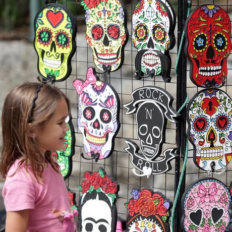 Criança observa máscaras mexicanas na última edição da Festa do Dia dos Mortos, no Parque das Ruínas Foto: Márcio Alves / Agência O Globo