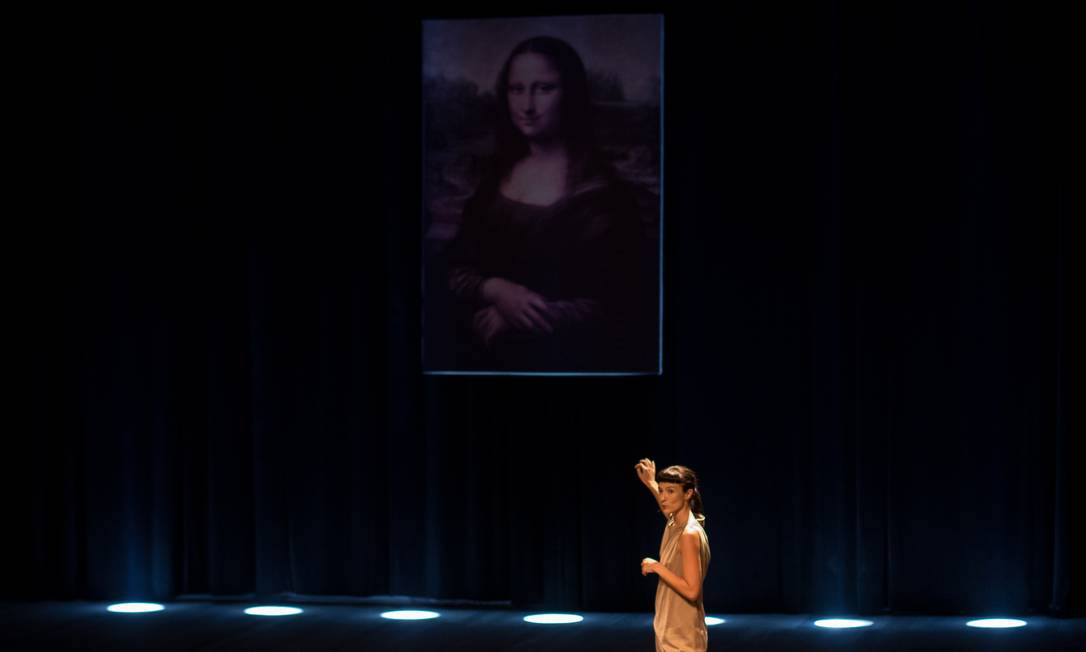 Elisabete Finger, em cena do espetáculo 'Domínio público' Foto: Humberto Araujo / Divulgação