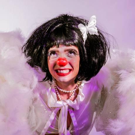 A atriz Rafaela Azevedo, em cena do espetáculo 'Fran World Tour — Eu só preciso ser amada' Foto: Helena Bielinski / Divulgação