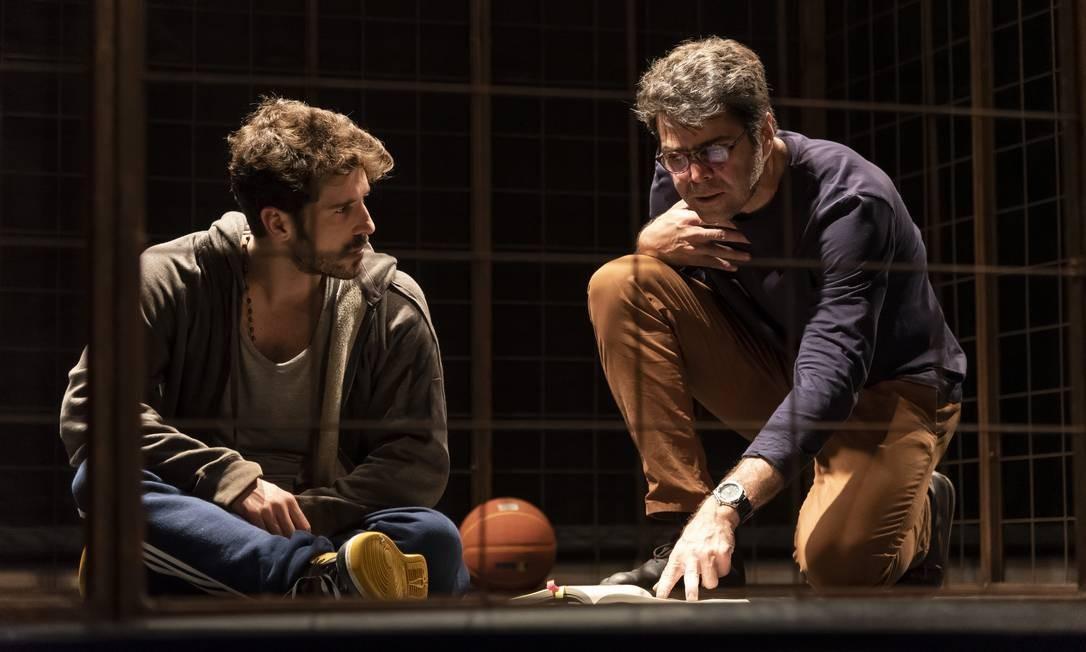 Os atores Robson Torinni e Otto Jr., em cena da peça 'Tebas Land' Foto: Rodrigo Lopes / Divulgação