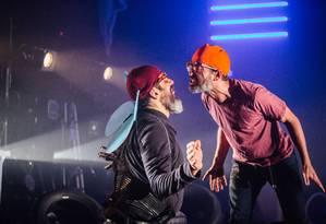 Os atores Cesar Augusto e Marcelo Olinto, em cena de 'Insetos' Foto: Elisa Mendes / Divulgação