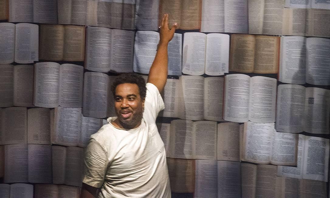 Leandro Santanna, em cena da peça 'Lima entre nós' Foto: Marcelo Viegas / Divulgação