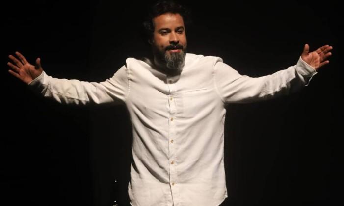 Rogério Silvestre, em cena da peça 'Gonzaguinha: o eterno aprendiz — O musical' Foto: Divulgação